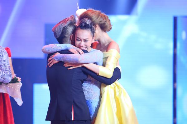 Vy Khanh ôm giám khảo Minh Hằng và Phan Hiển khi biết mình chiến thắng.