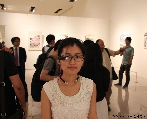 Hình ảnh người dùng đeo thử thiết bị kính thông minh của Lenovo