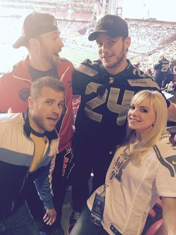 Nữ diễn viên tóc vàng Anna Faris khoe ảnh chụp cùng hai anh em Chris Evans và Chris Pratt