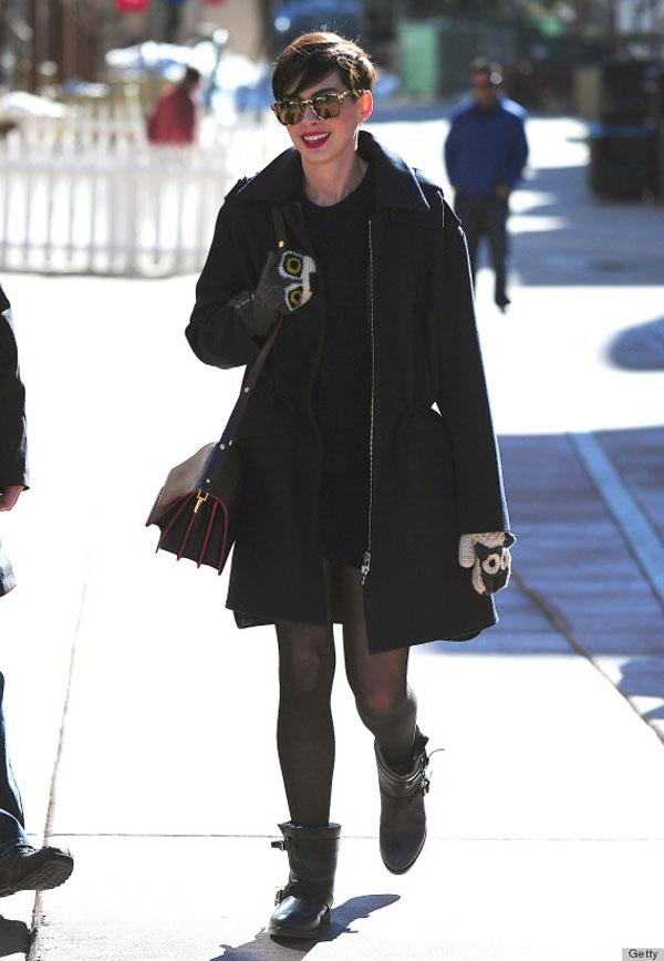 Bên cạnh áo khoác ngoại cỡ, Anne còn lựa chọn cả những chiếc khăn ống to.