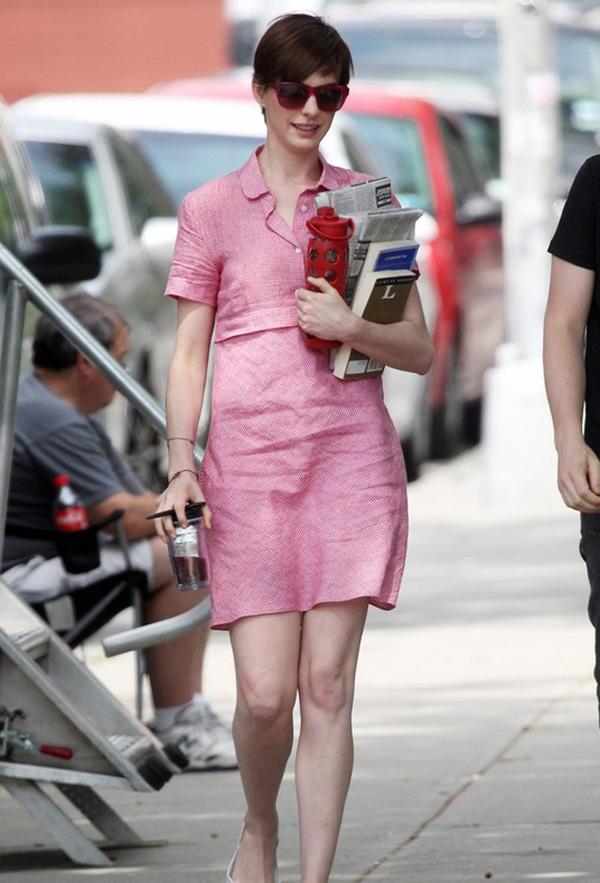 Ngoài váy dáng dài và rộng, Anne còn thích diện váy ngắn dáng suông.