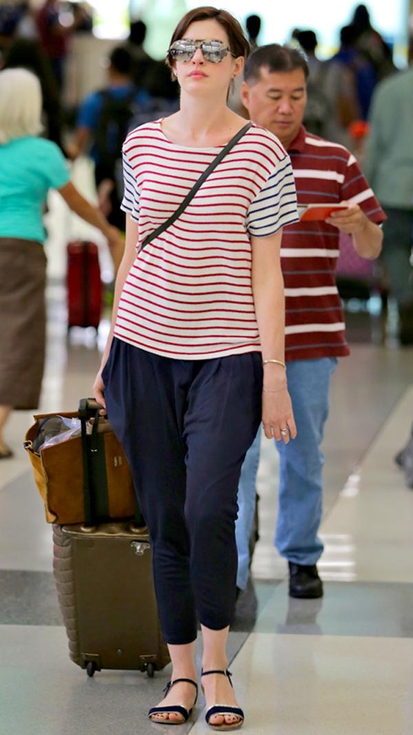 Không chỉ thể hiện phong cách thoải mái ở những chiếc áo hay váy, Anne còn lựa chọn cả những chiếc quần với phong cách tương tự.