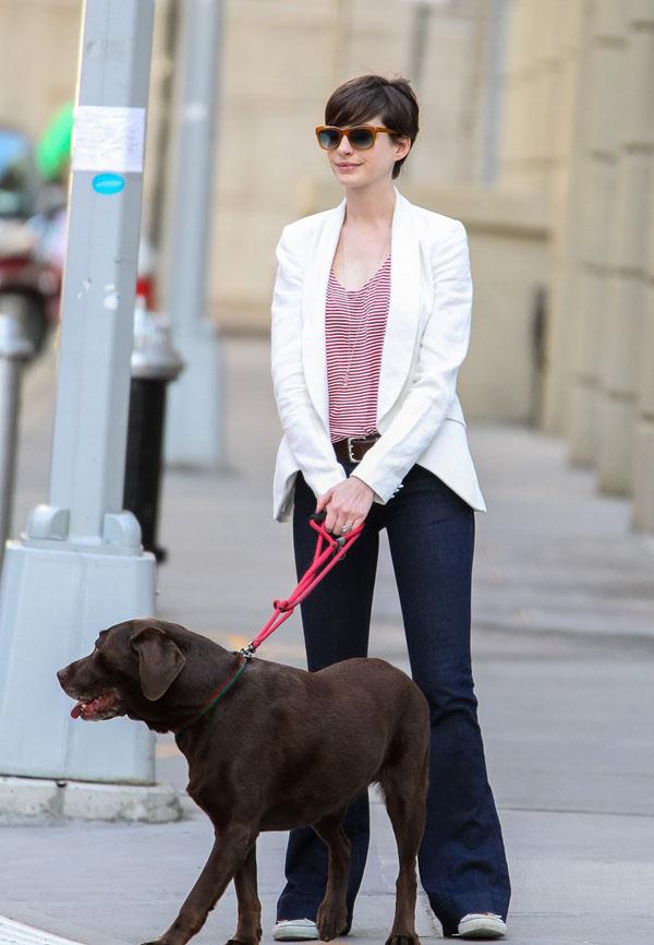Cô đi dạo phố với chiếc quần ống loe.