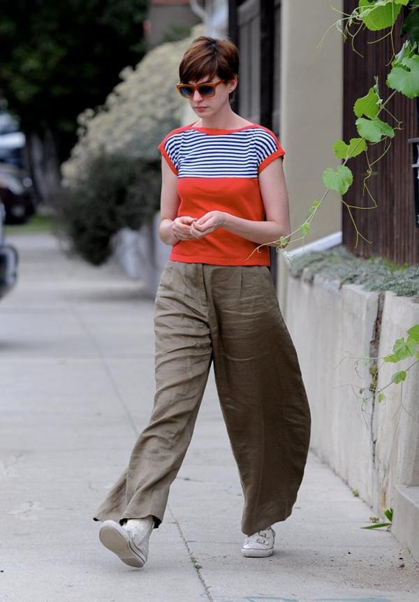 Những chiếc quần rộng, to xòe thường được cô kết hợp với áo phông đơn giản.