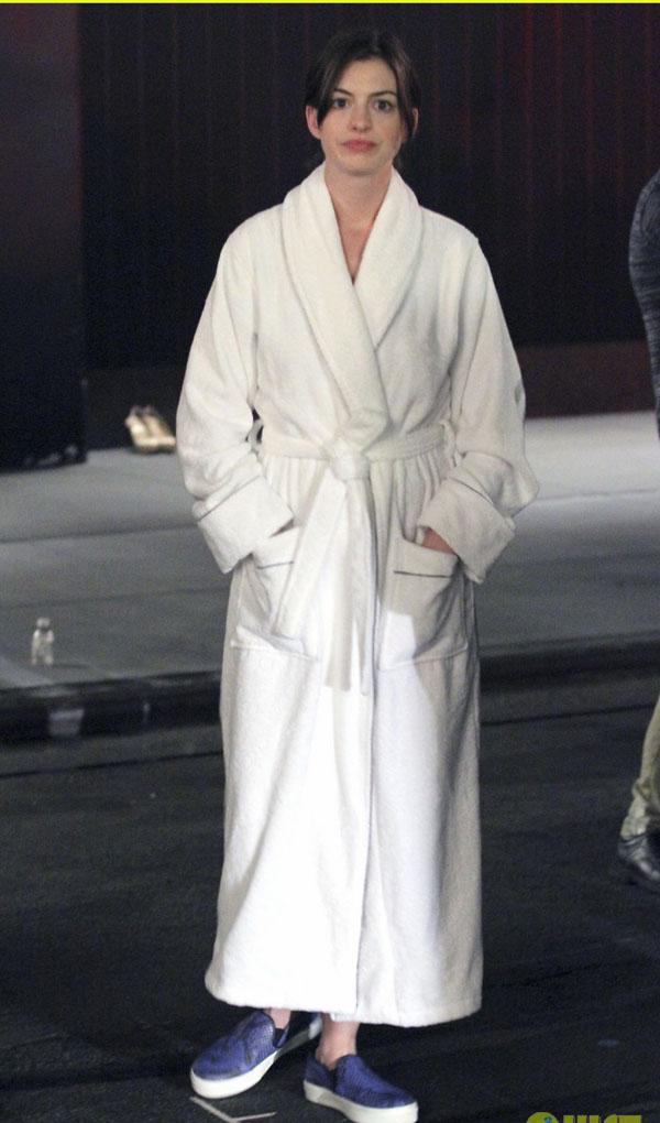 Mặc dù vậy, mốt thời trang oversize khi không được lựa chọn đúng kiểu phù hợp và đúng thời điểm sẽ thành ra kệch cỡm, như có lúc Anne xuất hiện ngoài đường với chiếc áo choàng ngoài như áo ngủ.