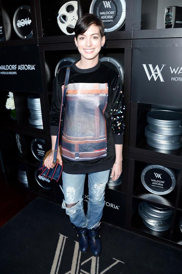 Anne xuất hiện trong một sự kiện với phông dài tay oversize và jeans rách cá tính.