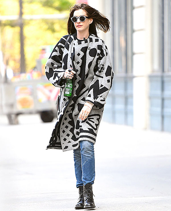 Cô diện áo khoác len ngoại cỡ mang họa tiết thổ cẩm.