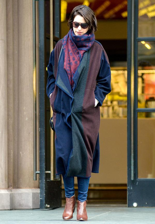 Khăn len mang màu sắc hợp tông với áo choàng ngoài.