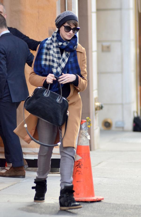 Anne rất thích kết hợp áo khoác rộng rãi với khăn và mũ len trong mùa đông.