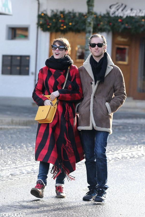 Cô thường xuất hiện bên chồng - Adam Shulman - với phong cách thời trang rộng thùng thình