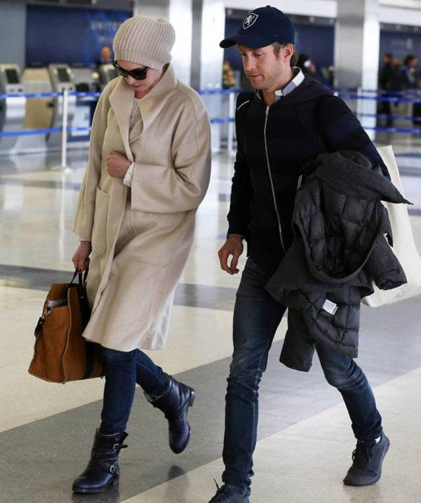 Dù là dạo phố hay xuất hiện ở sân bay với Adam, Anne đều hay mặc những chiếc áo khoác oversize.