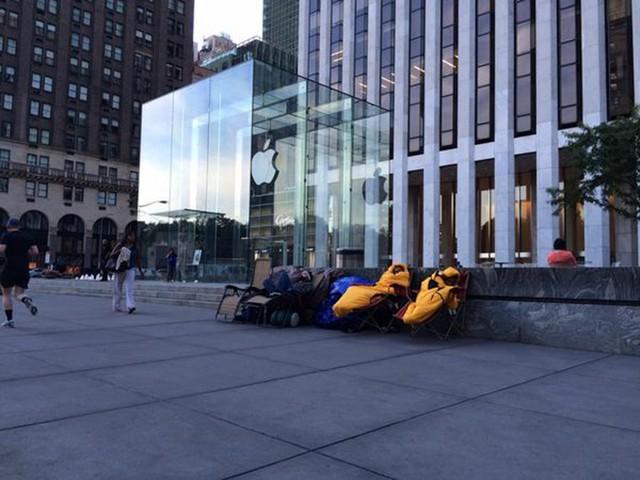 Nhiều người dùng sẵn sàng ghế và túi ngủ chờ đợi trước cửa Apple Store