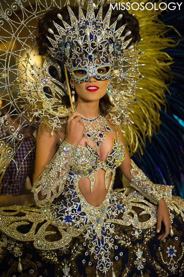 Đại diện Argentina mang đến cuộc thi Hoa hậu Hoàn vũ 2015 bầu không khí lễ hội bằng bộ trang phục đính đá cầu kỳ, phô diễn những đường cong tuyệt mỹ.