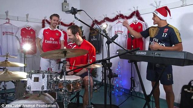 Góp vui cùng Cech là Alexis (phải) và Nacho.
