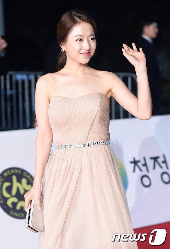 Park Bo Young rạng rỡ trong bộ váy cúp ngực màu be nhã nhặn.