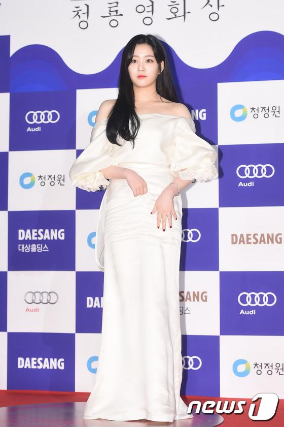 Diễn viên 9x Lee Yubi gợi cảm và nữ tính trong bộ váy trễ vai với phần tay áo khá cầu kỳ.