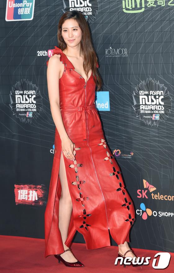 Trong khi đó, các ngôi sao đàn chị của Park Shin Hye lại ăn mặc khá thời trang
