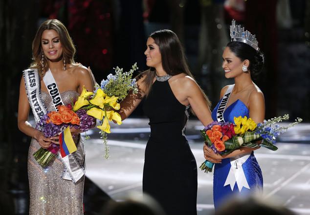 Khoảnh khắc cay đắng khi Ariadna Hutierrez nhìn chiếc vương miện được trao cho Pia Wurtzbach