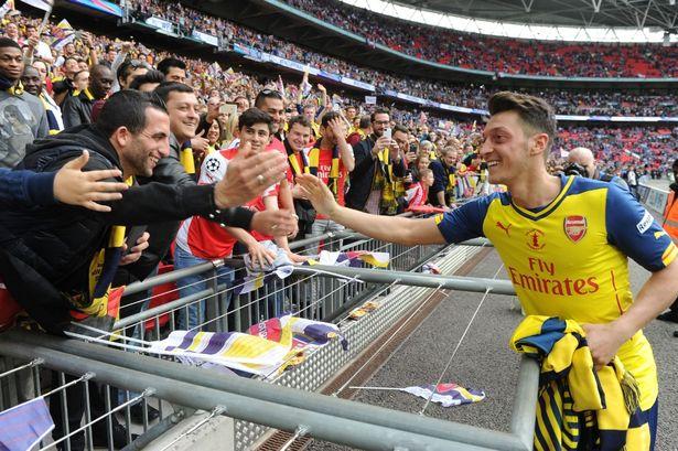 Mesut Oziln sẽ tiếp tục gắn bó với Arsenal
