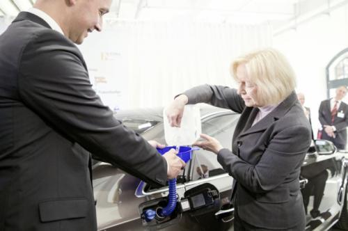 Bà Johanna Wanka đưa 5 lít nhiên liệu đầu tiên vào chạy thử cho chiếc Audi A8 TDL