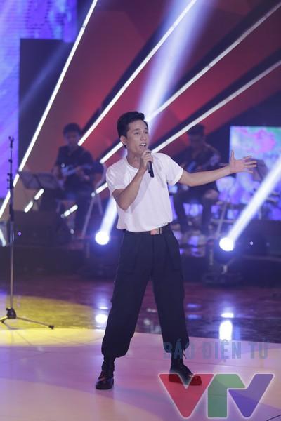 Hoàng Hùng - thí sinh hát bài đơn ca Lên đàng đã nhận được nhiều lời khen từ ban giám khảo