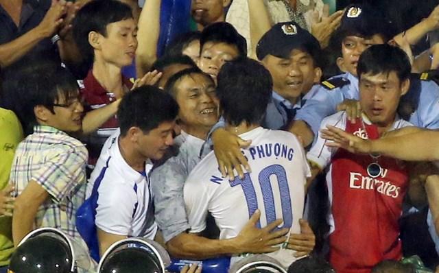 Công Phượng ôm chặt bố ăn mừng bàn thắng thứ 2 trong trận chung kết (Ảnh: Thanh Niên)