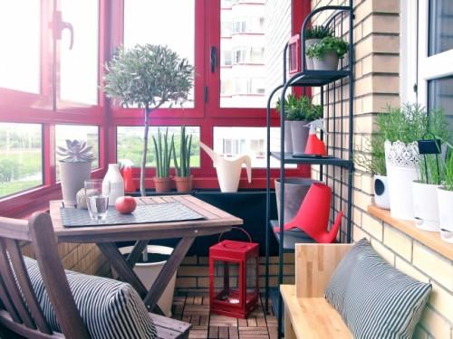 Bạn có thể sử dụng khoảng không gian này để tạo nên điểm nhấn cho ngôi nhà bằng nhiều đồ vật và ô cửa mang sắc màu rực rỡ.