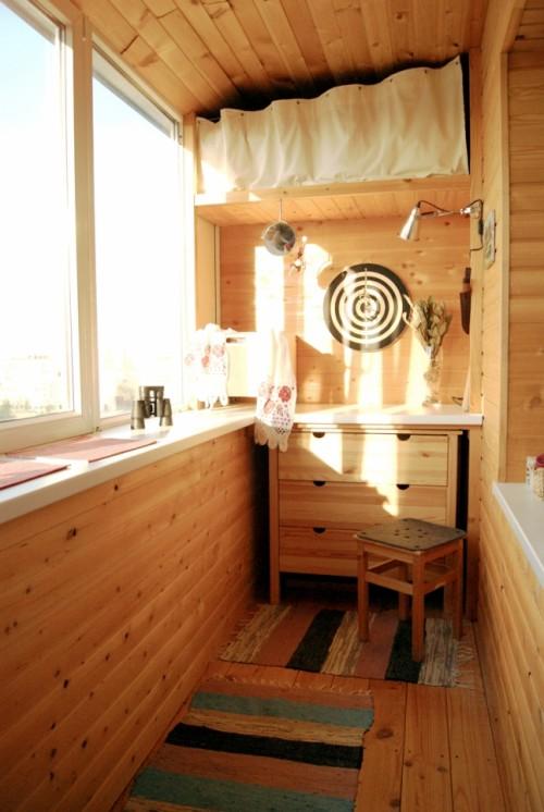 Góc ban công ấm áp với đồ gỗ, thành nơi giải trí thú vị.