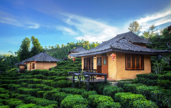Cảnh đồi núi, sông nước hữu tình như tranh phong cảnh của làng Ban Rak Thai khiến không ít du khách say mê. (Ảnh: Legalnomads)