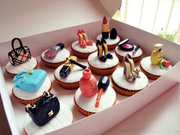 Với những người phụ nữ yêu thời trang, những chiếc bánh ngọt mang các sản phẩm thời trang, làm đẹp sẽ gây bất ngờ với họ.