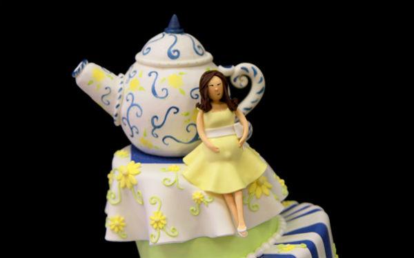Với những cô gái yêu vẻ đẹp cổ điển, chiếc bánh có điểm xuyết thêm các họa tiết trang trí nhỏ xinh sẽ phù hợp với họ.