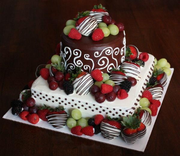 Không cần đến hình ảnh trang trí cầu kỳ, hoa quả cũng có thể được dùng để tô điểm cho một chiếc bánh đẹp mắt.