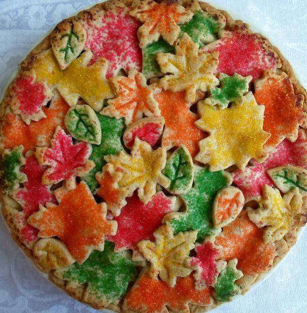 Chiếc bánh nổi bật với nhiều màu sắc.