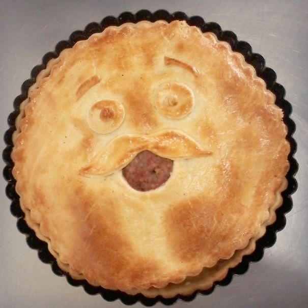 Chiếc bánh mang hình mặt cười có ria.