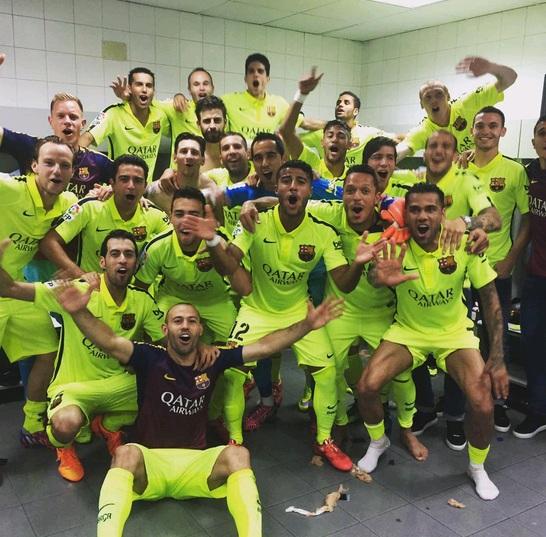 Các cầu thủ Barca ăn mừng chức vô địch La Liga 2014/15 trong phòng thay đồ.