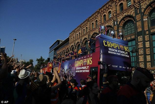 Chiếc xe chở các nhà vô địch di chuyển qua các tuyến phố ở TP Barcelona.