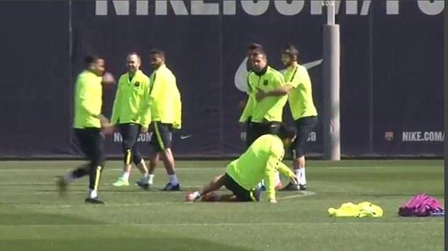 Các đồng đội cũng hùa vào trêu tiền đạo tân binh người Uruguay.