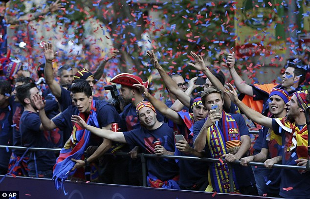 Các ngôi sao Barca chia vui cùng Cules trên xe.