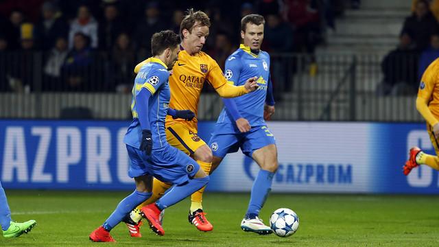 Tiền vệ Rakitic (vàng) có màn trình diễn chói sáng giúp Barcelona thắng trận lượt đi trước BATE.