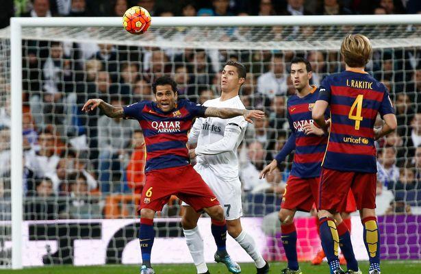 Trong khi đó, ở bên kia cầu môn, Ronaldo hoàn toàn bị chia cắt với các đồng đội