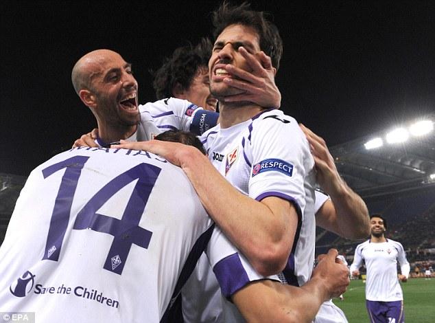"""Basanta ghi bàn thắng thứ ba, bàn thắng ấn định chiến thắng 3-0 ngay tại Olimpico và có màn ăn mừng """"quá đà"""" với các đồng đội."""