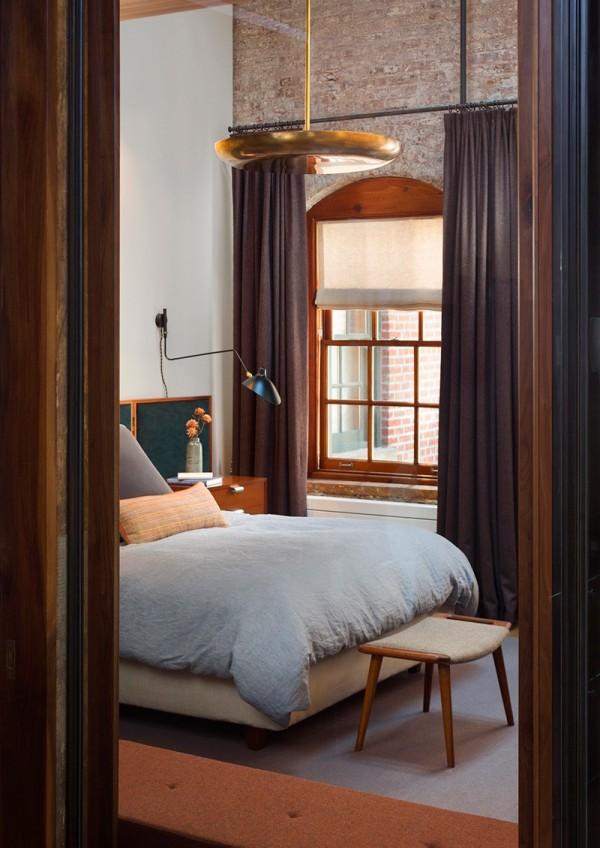 Phòng ngủ không kê nhiều đồ đạc để tránh cảm giác bí bách, gò bó