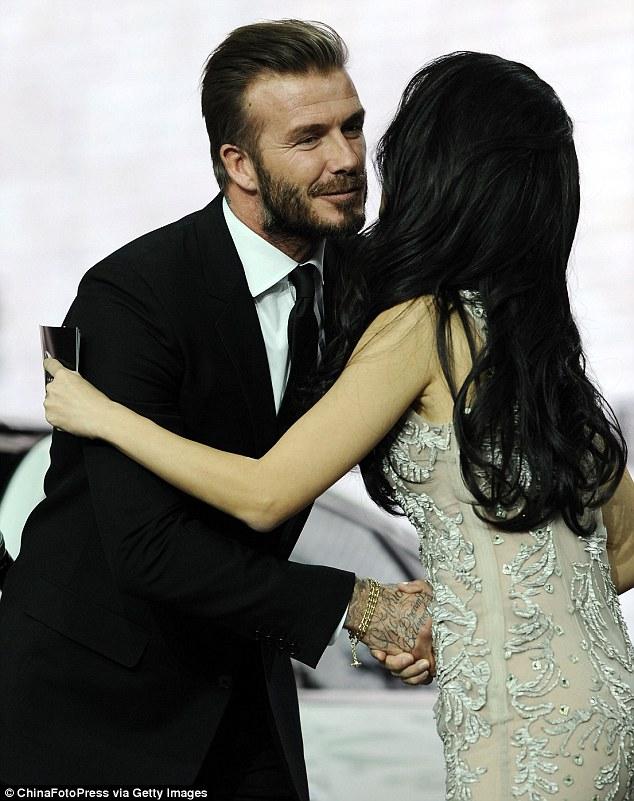 Anh nắm tay và ôm một người đẹp Trung Quốc.