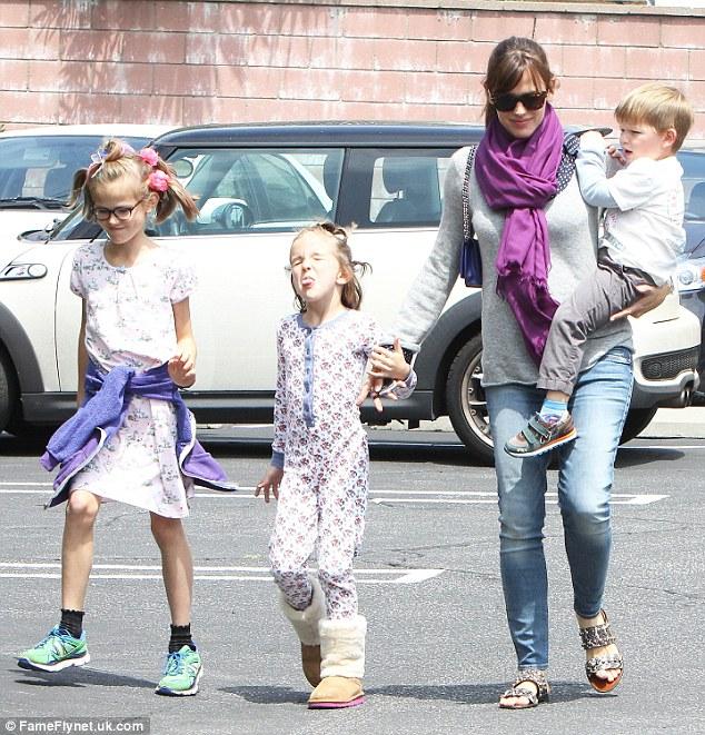 Jennifer Garner muốn giành quyền nuôi con.