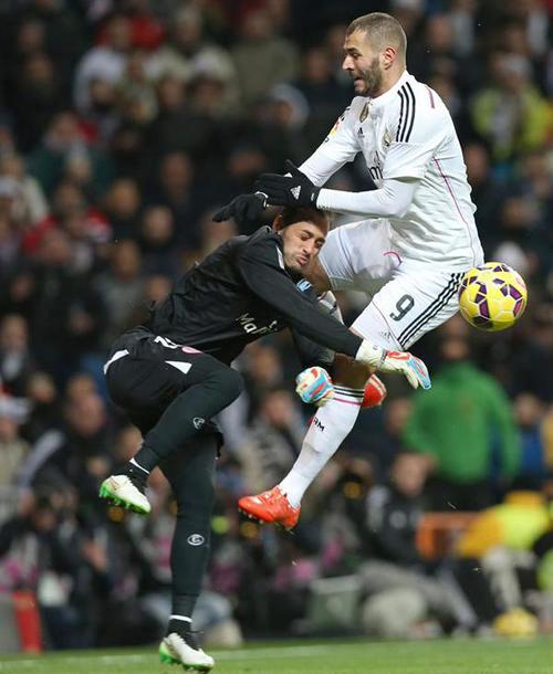 Tư thế vào bóng của Benzema chẳng khác nào đòn đánh trong muay Thái.