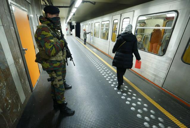 Cảnh sát Bỉ cũng túc trực canh gác tại các bến tàu điện ngầm. (Ảnh: Reutuers)