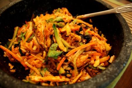 Suất cơm trộn BiBimBap giá 70.000 đồng rất đầy đặn. Sau khi trộn đều các nguyên liệu, bát cơm sẽ có màu nâu đỏ đặc trưng của tương ớt Hàn Quốc. (Ảnh: Zing)