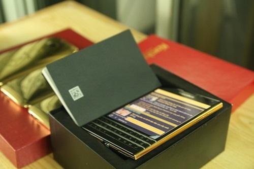 Hình ảnh chiếc BlackBerry Passport mạ vàng