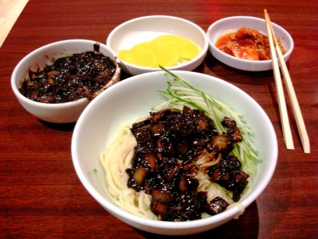 Mì đen là món ăn dành cho những người độc thân Hàn Quốc kỷ niệm ngày Valentine đen đủi của mình.