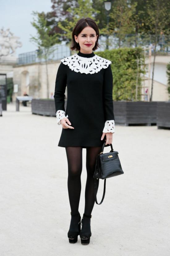 Nếu bạn không quá tự tin với váy thân bèo nhún thì có thể lựa chọn váy có chi tiết ren hoa làm điểm nhấn.